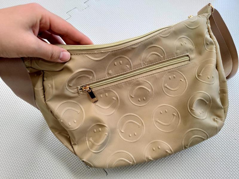 スマイリーショルダーバッグの背面ポケット