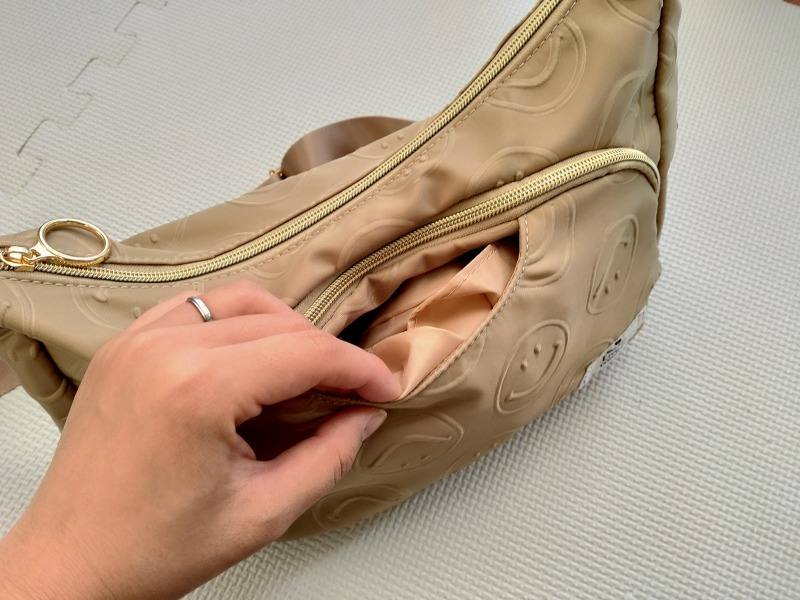 スマイリーショルダーバッグの前面ポケットの活用方法