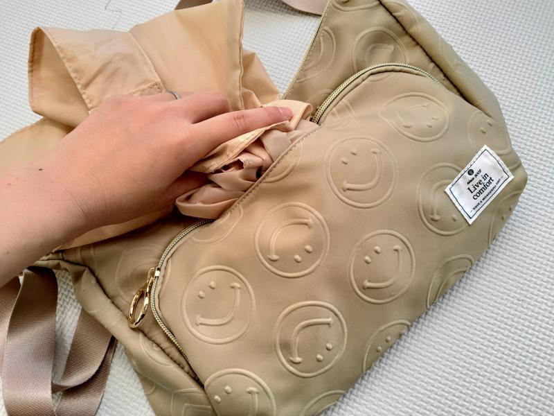 スマイリーショルダーバッグの前面ポケット