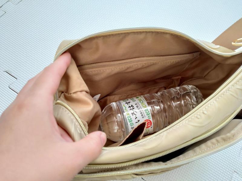スマイリーショルダーバッグはペットボトルも入る容量