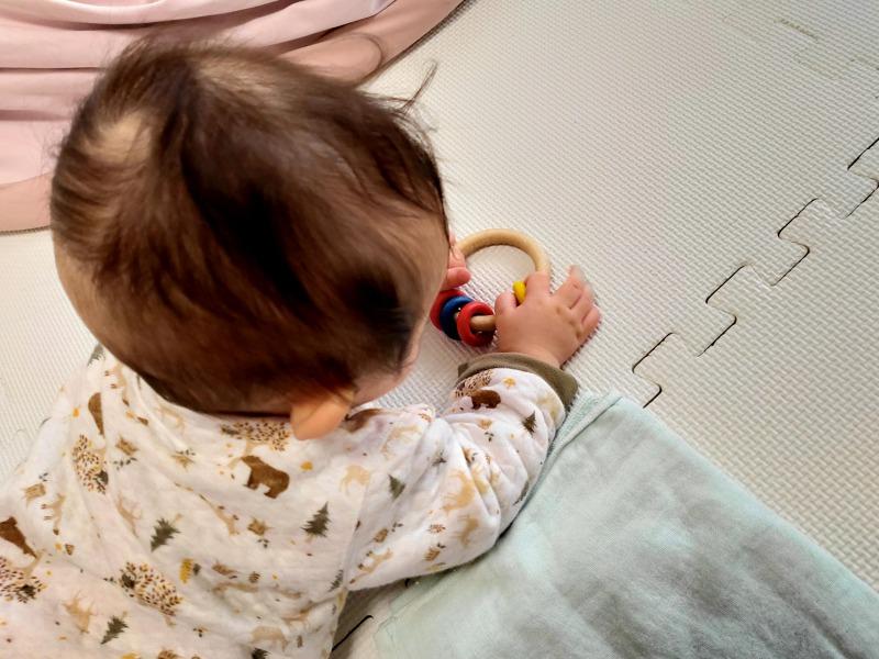 naef社のリングリィリングで遊ぶ0歳の赤ちゃん